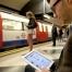 Пассажиры в метро любят подглядывать в чужие смартфоны